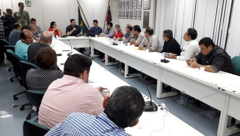Vice-governador Carlos Almeida (centro), futuro secretário de Saúde, em reunião com fornecedores de remédios para a Susam (Foto: Assessoria/Divulgação)
