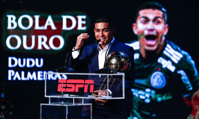 Dudu do Palmeiras recebe a Bola de Ouro