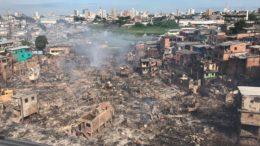 Cratera deixada pelo fogo após destruir casebres (Foto: Ann Kath/ATUAL)