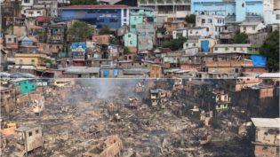 Com becos e concentração de casebres, dificuldade para conter incêndio em Educandos era previsível
