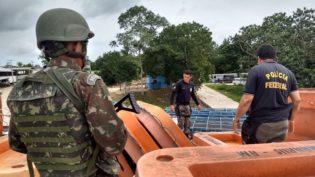 Soldados do Exército apreendem drogas dentro de barco em Tabatinga