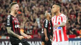 Léo Pereira, do Atlético-PR, festeja perda de pênalti do Junior Barranquilla na decisão da Sul-Americana (Foto: Carla Larini/Ofotográfico/Folhapress)