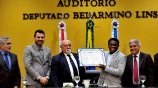 Neguinho da Beija-Flor recebe título de cidadão do Amazonas na Assembleia