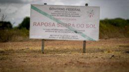 Placa do governo federal na área indígena Raposa Serra do Sol, em Roraima: Bolsonaro promete rever demarcação (Foto: Wilson Dias/ABr)