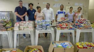 Refugiados recebem alimentos arrecadados em corrida solidária