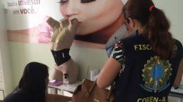 Fiscais sanitários da Visa Manaus encontraram diversas irregularidades em clínica de estética (Foto: Andréa Arruda/Semcom)