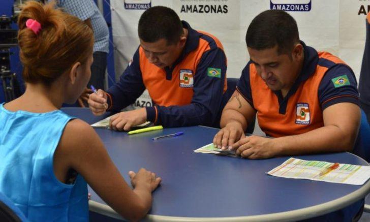 Defesa Civil faz pagamento a famílias atingidas pelo incêndio em Manaus