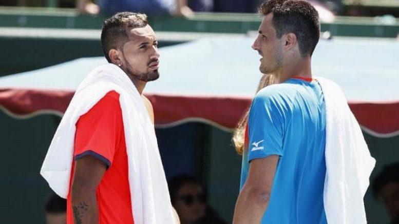Bernard Tomic (de azul) deu saque curioso que valeu ponto em partida de exibição no tênis (Foto: YouTube/Reprodução)