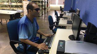 Biblioteca Braille oferece cursos para uso de celular e computadores