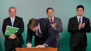 Jair Bolsonaro assina decreto que facilita posse de arma