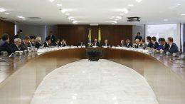 Presidente Jair Bolsonaro (centro) reuniu ministros para definir medidas de corte de gastos públicos (Foto: Marcos Corrêa/PR)