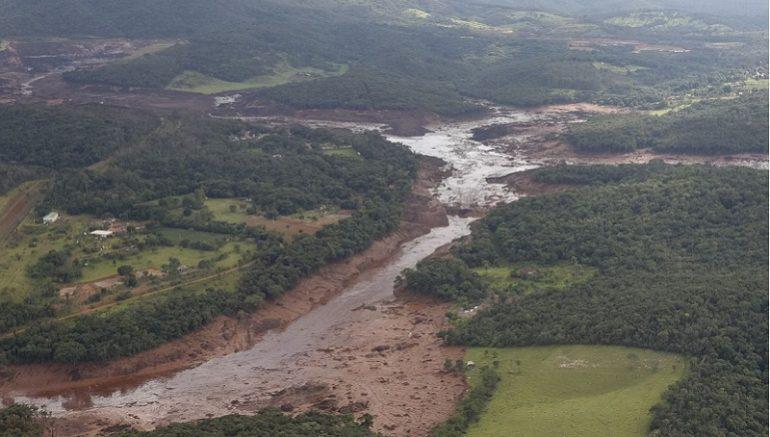 O Presidente da República, Jair Bolsonaro, durante sobrevoo da região atingida pelo rompimento da barragem Mina Córrego do Feijão, em Brumadinho/MG (Foto: Isac Nóbrega/PR)