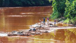 Brumadinho, moradores observam rio Paraopebas