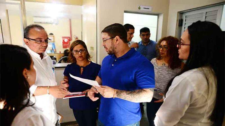 Secretário Carlos Almeida Filho com servidores do SPA: situação precária na unidade de saúde (Foto: Susam/Divulgação)