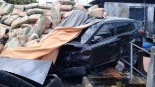 Carreta cheia de cimento tomba e destrói carro e parte de casa em Manaus