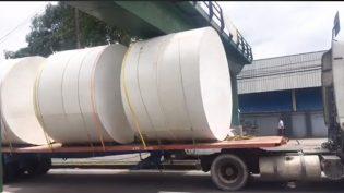 Carreta excede limite de altura e fica presa em passarela em Manaus