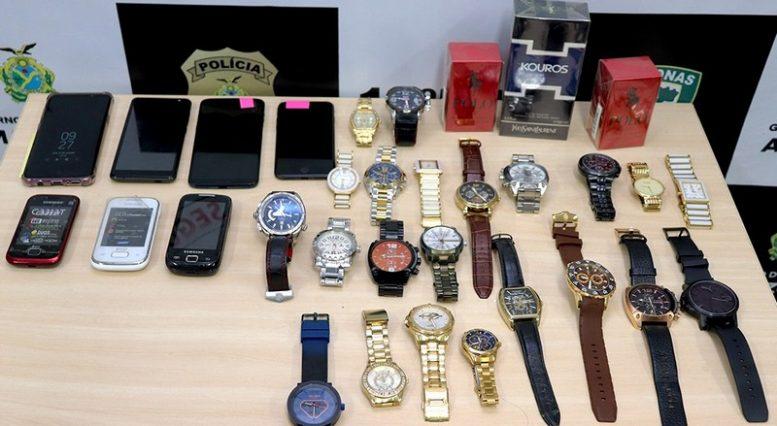 50453841d10 Celulares e relógios apreendidos com suspeito de roubo em shopping de  Manaus (Foto  Alailson