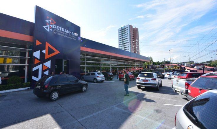 Proprietários de veículos devem pagar, além do IPVA, o seguro obrigatório e taxas do Detran (Foto: Paulo Bahia Jr./Detran)