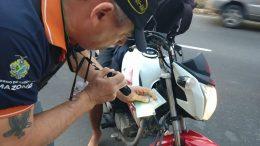 Agente de trânsito confere documento sobre registro de moto: fiscalizar maior durante o carnaval (Foto: Paulo Bahia Jr./Detran-Divulgação)