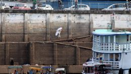 Carregadores se equilibram em rampa estreia na orla do Rio Negro, no Centro de Manaus: trabalho precário (Foto: Valter Calheiros)