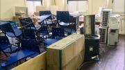 Carteiras e equipamentos estão empilhados no laboratório de informática da Escola Nilo Peçanha (Foto: Patrick Motta/ATUAL)