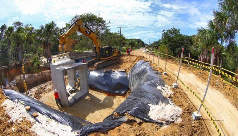 Estrutura de concreto do novo bueiro é instalada na estrada após rompimento da pavimentação (Foto: Tiago Correa Seinfra)