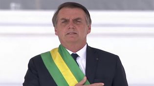 Bolsonaro promete defender democracia, reerguer a pátria e pede pacto social