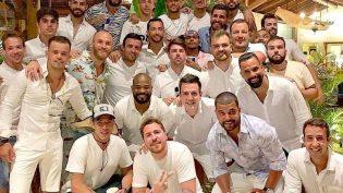 Neymar aparece com 26 homens após ser criticado por foto com 26 mulheres