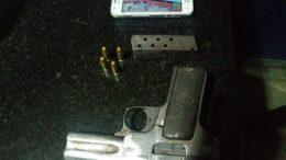 Pistola apreendida com criança de 11 anos durante assalto a ônibus em Manaus (Foto: PMAM/Divulgação)