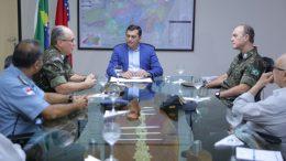 Governador Wilson Lima com o general Cesar Augusto Nard: parceria militar para obras de infraestrutura (Foto: Diego Peres/Secom)