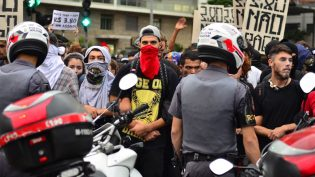 Doria regulamenta lei que proíbe máscaras em protestos em São Paulo