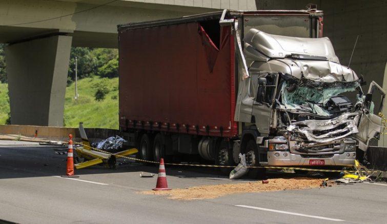 Helicóptero bateu em caminhão no Rodoanel (Foto: Marcelo Gonçalves/Sigmapress/Folhapress)