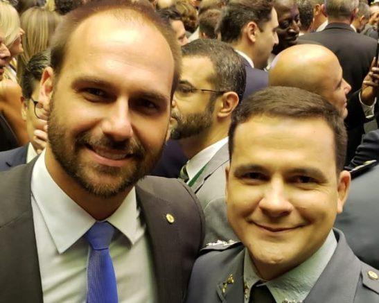 Capitão Alberto Neto tietou o colega de plenário Eduardo Bolsonaro em solenidade de posse na Câmara (Foto: Divulgação)