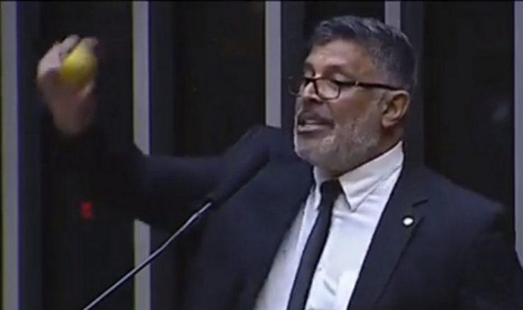 Deputado Alexandre Frota enfiou laranja na tribuna (Foto: TV Câmara/Reprodução)