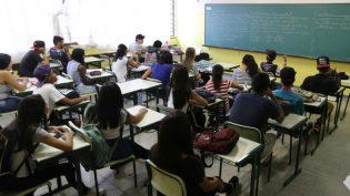 Escola tem que ensinar aluno a arriscar e a pensar sozinho, diz especialista
