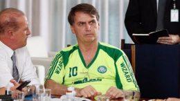 Presidente Jair Bolsonaro com camisa falsa do Palmeiras (Foto: Facebook/Reprodução)