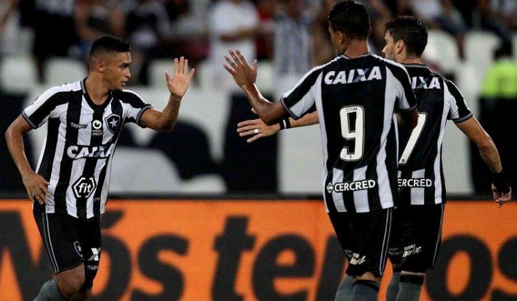 Erik cumprimenta colegas após marcar gol (Foto: Vitor Silva/SS Press/Botafogo)