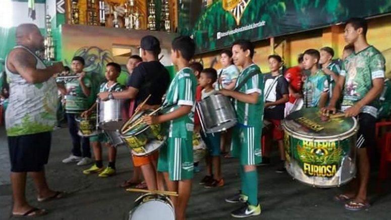 Bateria mirim da Escola de Samba Reino Unido participará do carnaval (Foto: SEC/Divulgação)