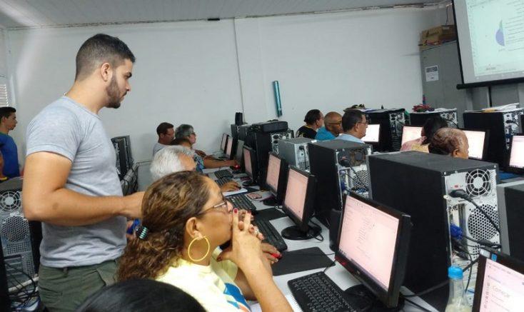Idosos aprendem sobre sistemas como Excel e Windows (Foto: SSp-AM/Divulgação)