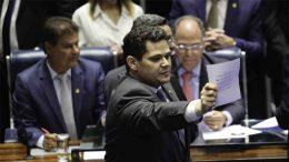 David Alcolumbre exibe cédula com seu voto em si mesmo na sessão desse sábado (Foto: Fabio Rodrigues Pozzebom/ABr)