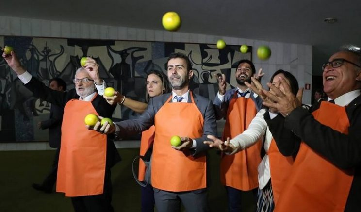 Deputados protestam com laranjas - Foto Lula Marques-Divulgação