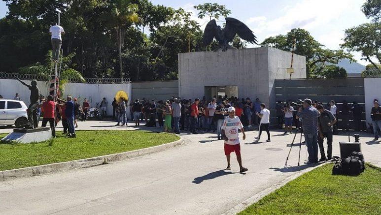 Torcedores se solidarizam com Flamengo no Ninho do Urubu (Foto: Tomaz Silva/ABr)