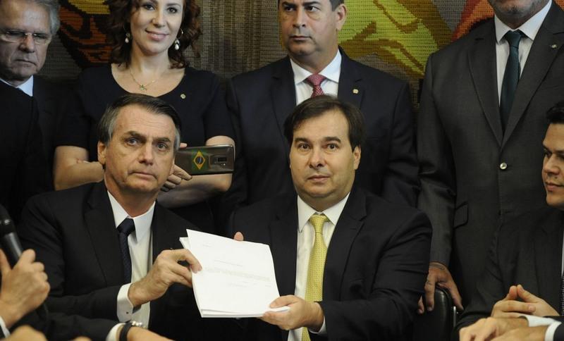 Presidente Jair Bolsonaro entregou projeto a Rodrigo Maia, presidente da Câmara (Foto: Luís Macedo/Agência Câmara)