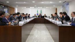 Presidente Jair Bolsonaro assinou projeto de lei anticrime em reunião no Planalto (Foto: Marcos Corrêa/PR)