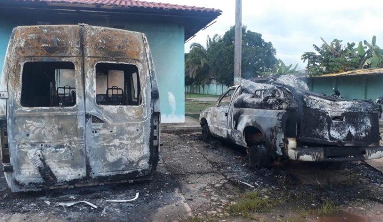Carro funerário e ambulância foram incendiados de madrugada (Foto: PMAM/Divulgação)