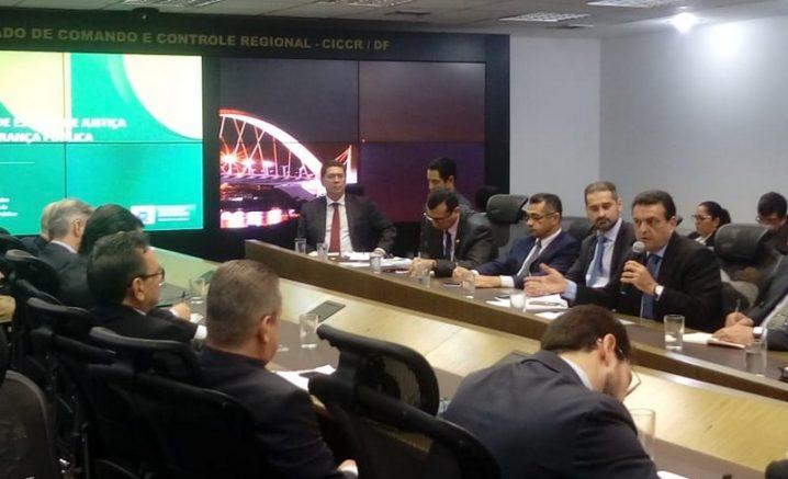 Louismar Bonates (com o microfone) quer reforçar segurança fluvial (Foto: SSP-AM/Divulgação)