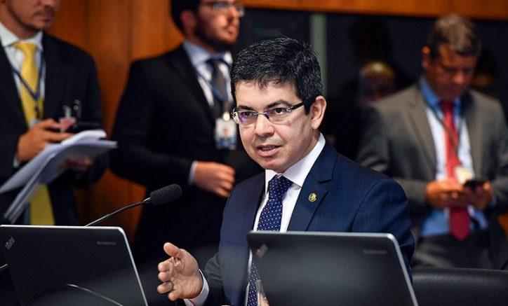 Randolfe Rodrigues diz que plano de saúde é inconstitucional (Foto: Marcos Oliveira/Agência Senado)