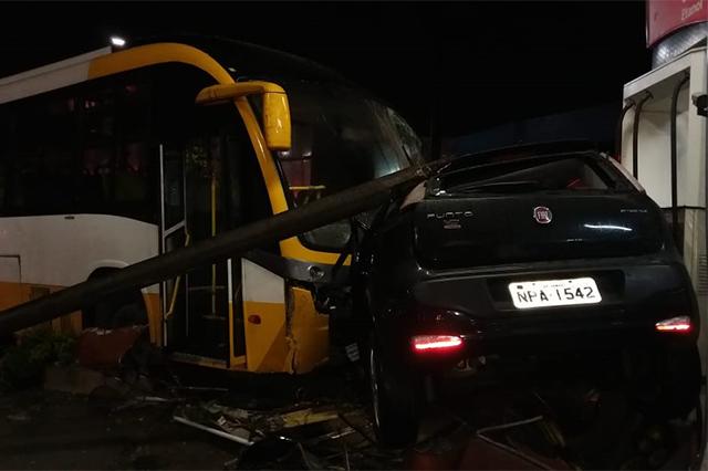 Ônibus bateu em Fiat Punto ferindo casal que estava no carro (Foto: Bombeiros/Divulgação)