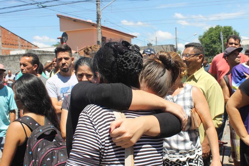 Familiares choram mortes de parentes (Foto: Johnny Morais/Futura Press/Folhapress)
