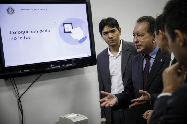Yedo Simões, presidente do TJAM, testa sistema de biometria (Foto: Raphael Alves/TJAM)